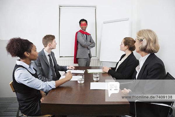 Geschäftsbesprechung  Zimmer  Superheld  frontal  Besuch  Treffen  trifft  Kollege  Führung  Anleitung führen  führt  führend  Business  Konferenz