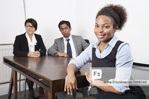 Portrait  Schreibtisch  Hintergrund  Büro  amerikanisch  Kollege