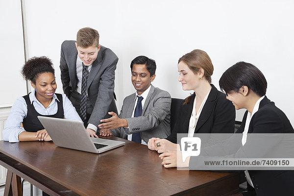 benutzen  Notebook  Geschäftsbesprechung  Fachleute  Zimmer  multikulturell  Konferenz