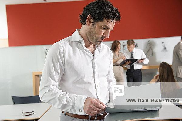 Geschäftsmann Lesemappe im Büro