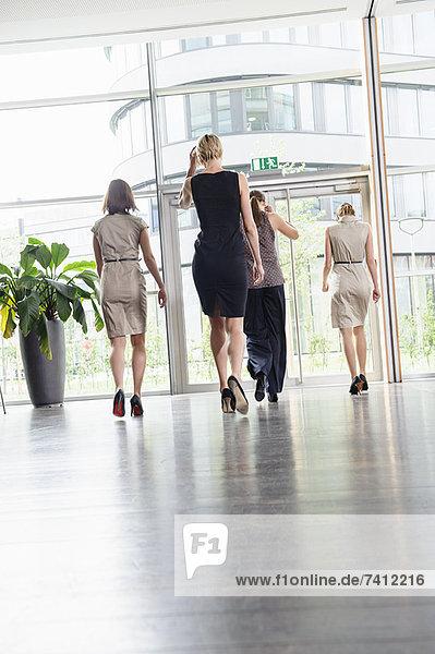 Geschäftsfrauen beim Gehen im Büro