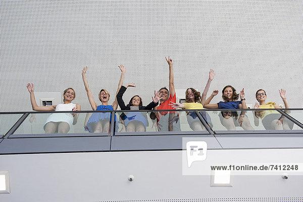 Geschäftsleute winken vom Balkon aus