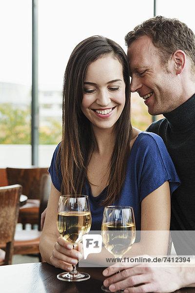 Paar trinkt Wein im Cafe