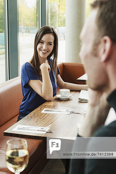 Leute  die sich im Cafe bewundern.