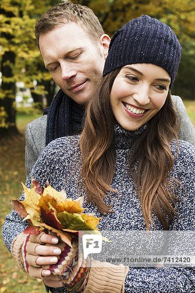 Pärchen mit Herbstblättern