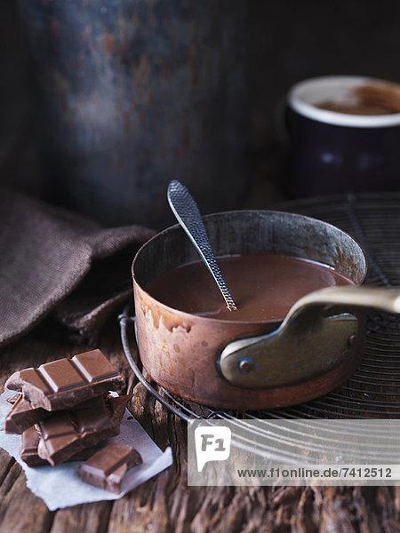 Pfanne mit geschmolzener Schokolade
