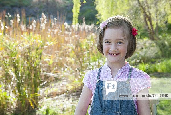Lächelndes Mädchen steht im Freien