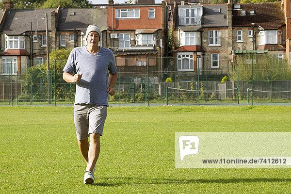 Älterer Mann beim Joggen im Freien
