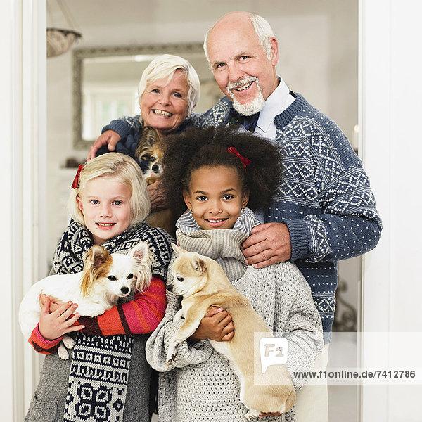 Familie posiert für Weihnachtsfoto