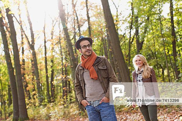 Lächelndes Paar im Wald stehend