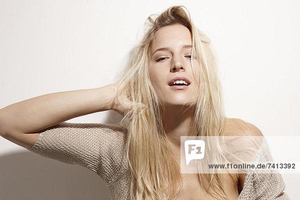 Nahaufnahme einer Frau  die mit ihren Haaren spielt