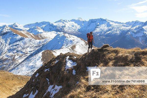 Frau beim Bergwandern hinauf zum Gamskarkogel  Salzburger Land  Österreich