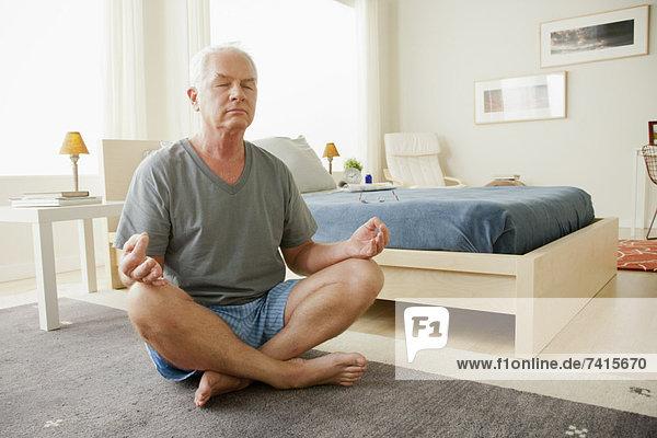 Senior  Senioren  Mann  Meditation