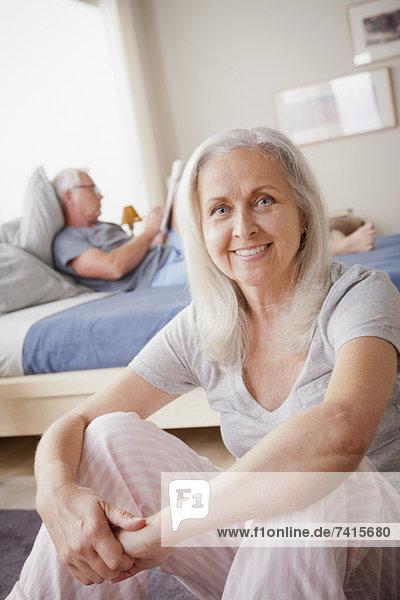sitzend  Mann  Bett  Hintergrund