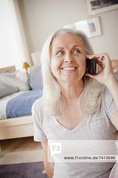 liegend  liegen  liegt  liegendes  liegender  liegende  daliegen  Senior  Senioren  Frau  sprechen  Bett  Ehemann