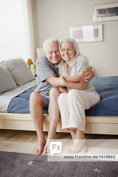 nahe  sitzend  Senior  Senioren  Bett  umarmen