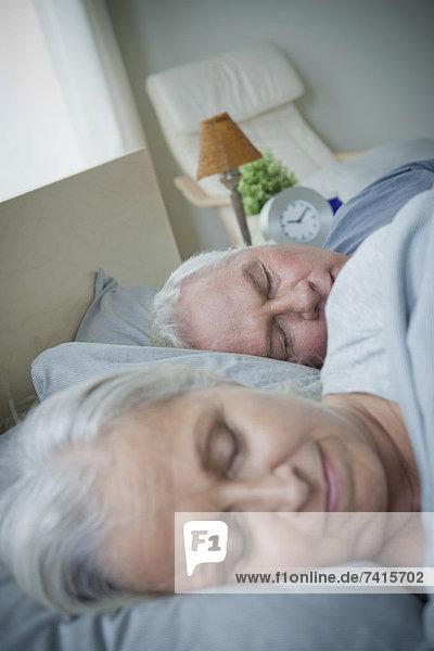 älteres Paar im Bett schlafen