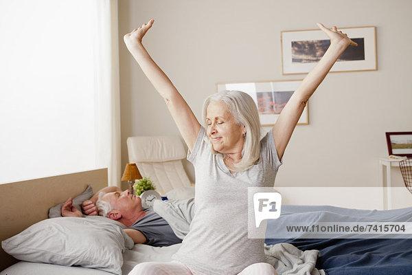 hoch  oben  Senior  Senioren  Frau  strecken  wecken