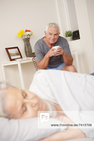 Senior  Senioren  Mann  sehen  Tasse  Ehefrau  schlafen  Kaffee