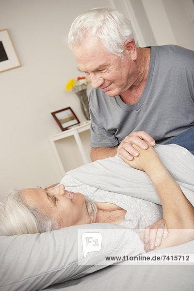 Senior  Senioren  Mann  halten