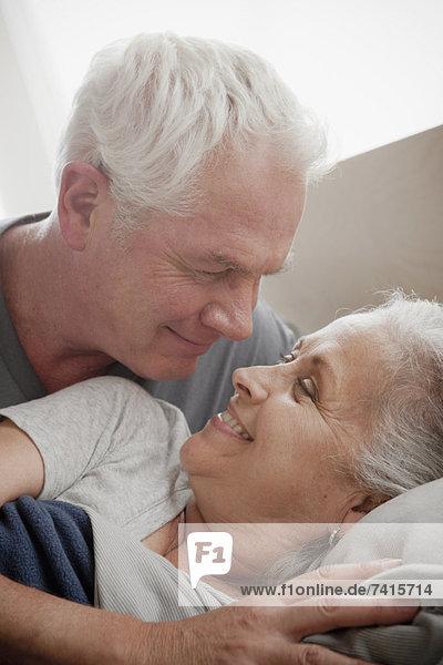 älteres Paar lächelnd und umarmen