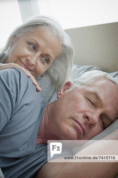 Senior  Senioren  Frau  sehen  schlafen  Ehemann