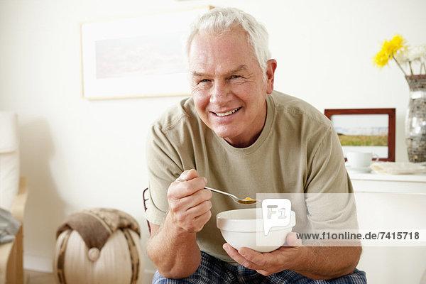 Senior  Senioren  Getreide  Mann  Schüssel  Schüsseln  Schale  Schalen  Schälchen  essen  essend  isst