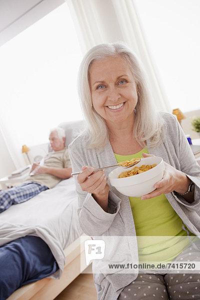 Senior  Senioren  Getreide  Frau  Schüssel  Schüsseln  Schale  Schalen  Schälchen  essen  essend  isst