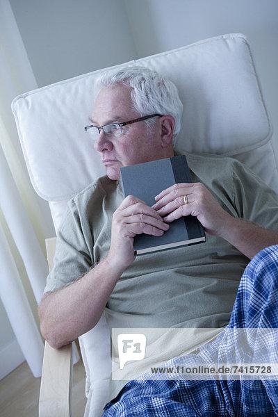 Senior  Senioren  Portrait  Mann  Buch  halten  Taschenbuch