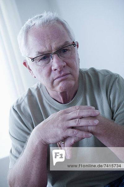 Senior  Senioren  Portrait  Mann  Brille  Depression  Kleidung