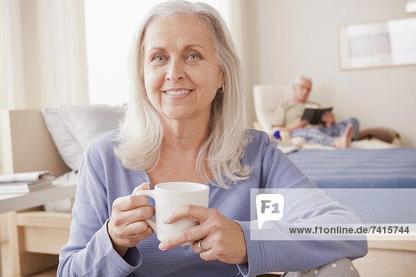 Senior  Senioren  Frau  Tasse  halten  Hintergrund  Kaffee  Ehemann  vorlesen