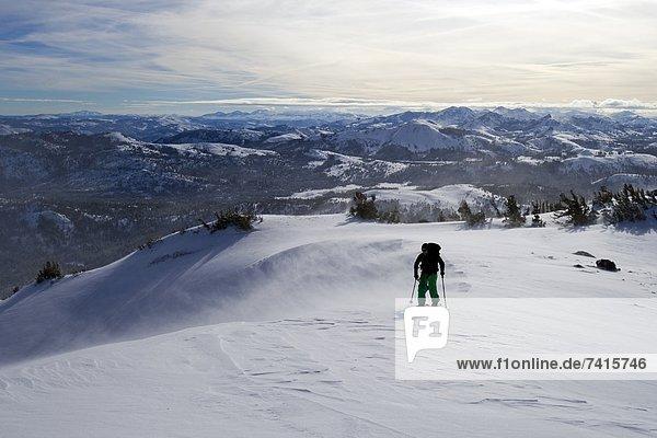 hoch  oben  nahe  Snowboardfahrer  Wind  See  rot  Kalifornien  Splitboard