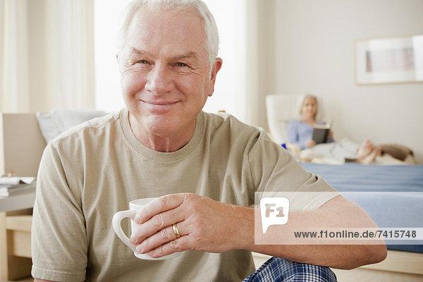 Senior  Senioren  Mann  Tasse  lächeln  halten  Kaffee