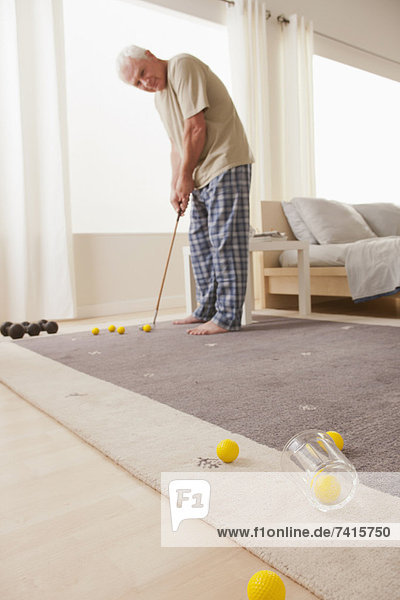 Interior  zu Hause  Senior  Senioren  Mann  Golfsport  Golf  spielen