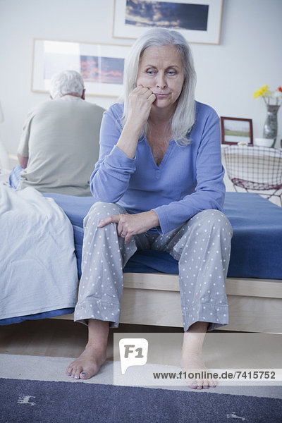 sitzend  Senior  Senioren  Konflikt  Bett