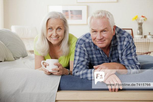 liegend  liegen  liegt  liegendes  liegender  liegende  daliegen  Senior  Senioren  Portrait  Bett