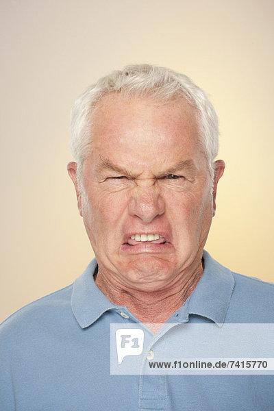 Senior Senioren Gesichtsausdruck Gesichtsausdrücke Ausdruck Ausdrücke Mimik Portrait Mann Ekel