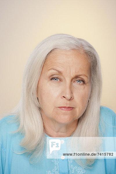 Senior  Senioren  Gesichtsausdruck  Gesichtsausdrücke  Ausdruck  Ausdrücke  Mimik  Portrait  Frau  Argwohn