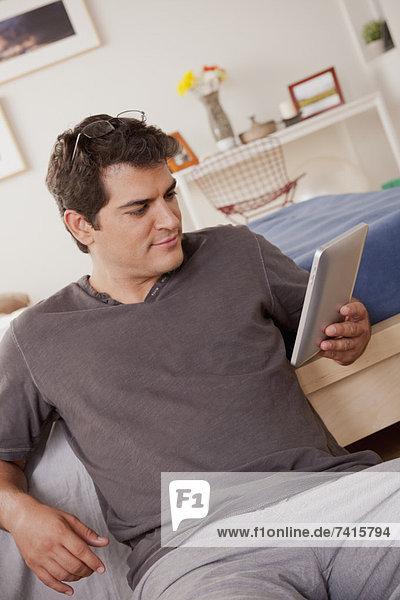 Junger Mann mit digitalen tablet