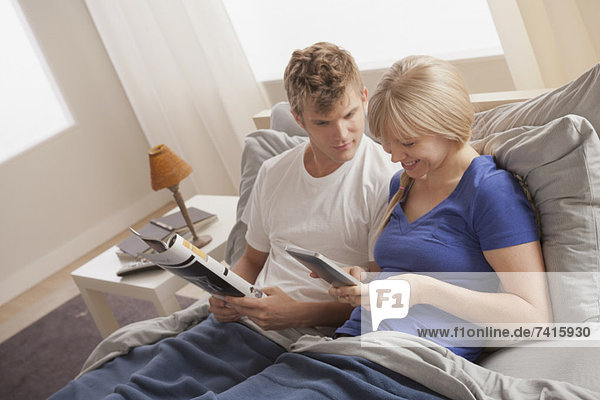 sitzend  Bett  vorlesen
