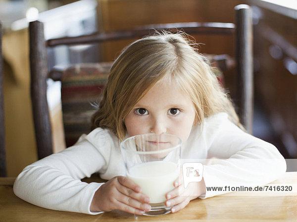 Küche  trinken  5-6 Jahre  5 bis 6 Jahre  Mädchen  Milch