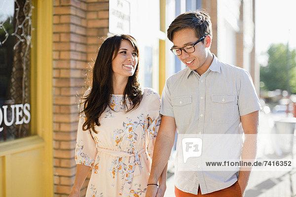 Paar Wandern am Bürgersteig