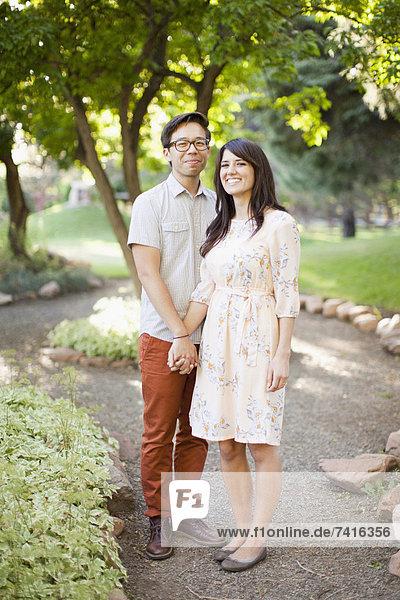 Paar Standing im park