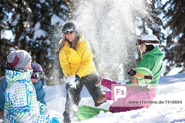 Snowboardfahrer  Fröhlichkeit  Spiel  Moment  Spaß  Schnee