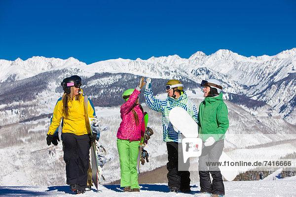 Snowboardfahrer  Fröhlichkeit  Begeisterung  rennen  hoch  oben  Moment