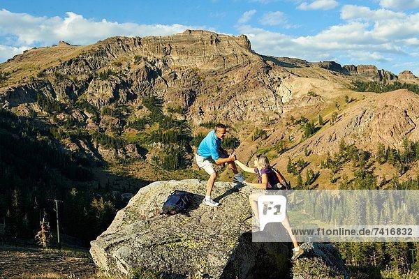 hoch  oben  Felsbrocken  Frau  Mann  Abenteuer  Hilfe  wandern  Klettern