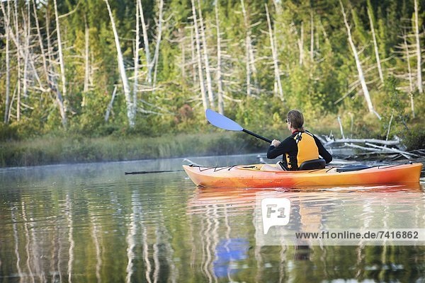 Frau  Kajak  Rückansicht  Ansicht  Maine  Teich