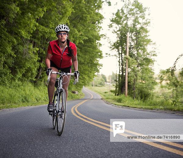 Ländliches Motiv ländliche Motive fahren Fahrradfahrer Fernverkehrsstraße neu