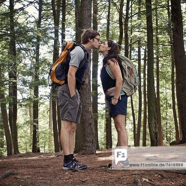 küssen  Wald  wandern  jung