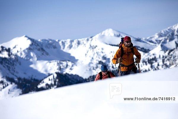 Berg  über  Hügel  Hintergrund  wandern  unbewohnte  entlegene Gegend  2  Ski